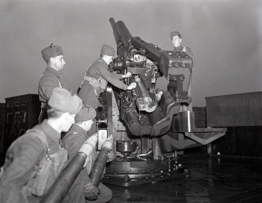 Military equipment and training in Nova Scotia, World War II   200902231
