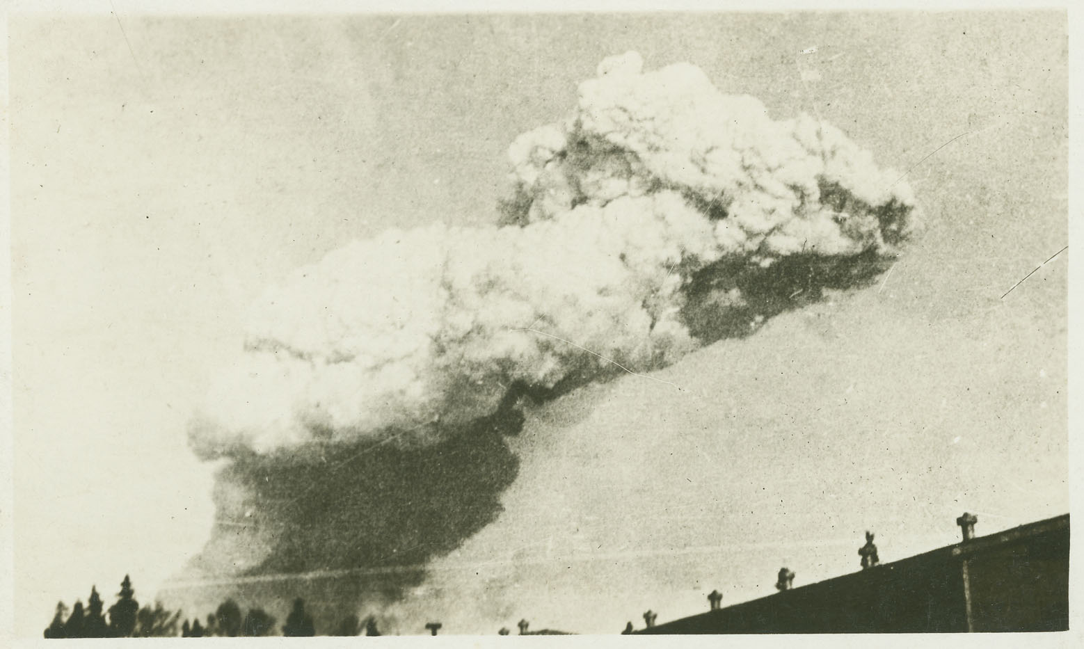 Explosion : Smoke cloud from the Halifax Explosion, probably taken off McNabs Island