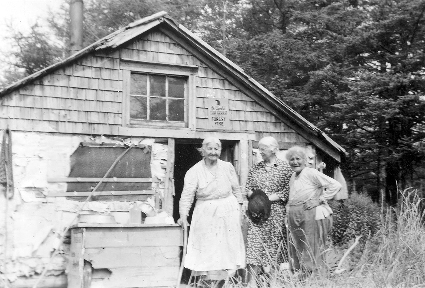 Two Mi'kmaq sisters with a visitor