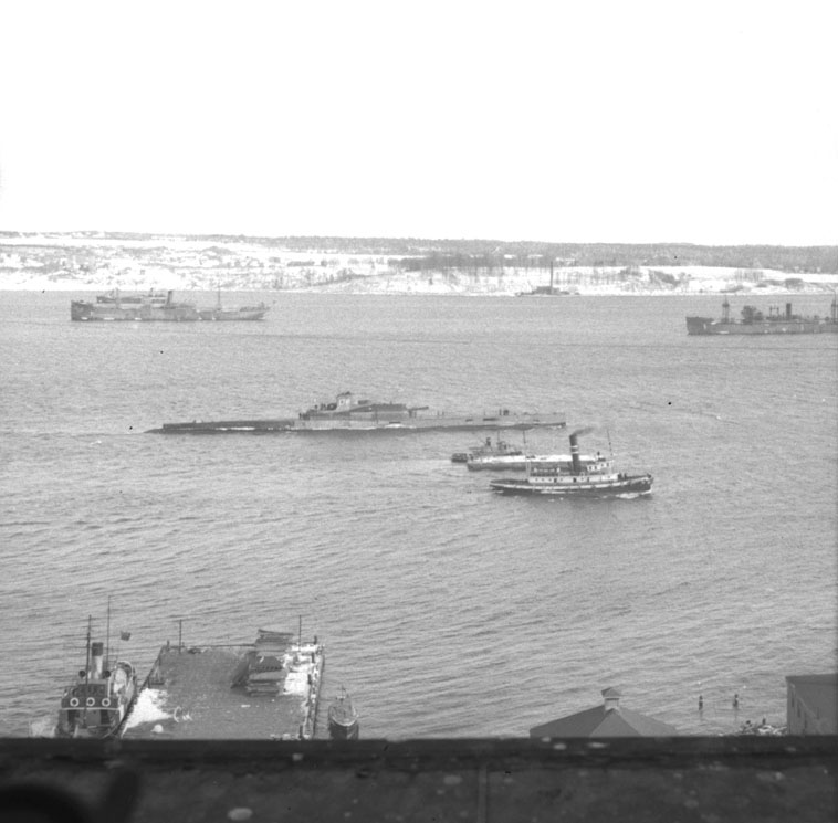 French submarine <i>Surcouf</i> going down the harbour