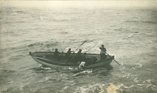 Body of RMS <i>Titanic</i> victim being picked up at sea
